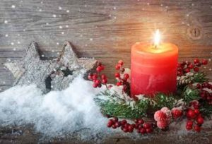 Schnee, Sterne und eine brennende Kerze