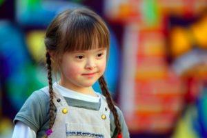 Bild eines besonderen Mädchens mit Trisomie-21