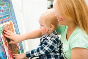 Mutter und Sohn malen gemeinsam.