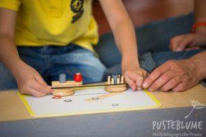 Ein Kind arbeitet mit dem Mechaniko-Kasten.