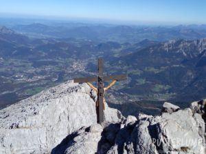 Blick vom Watzmann aus mit Gipfelkreuz im Vordergrund